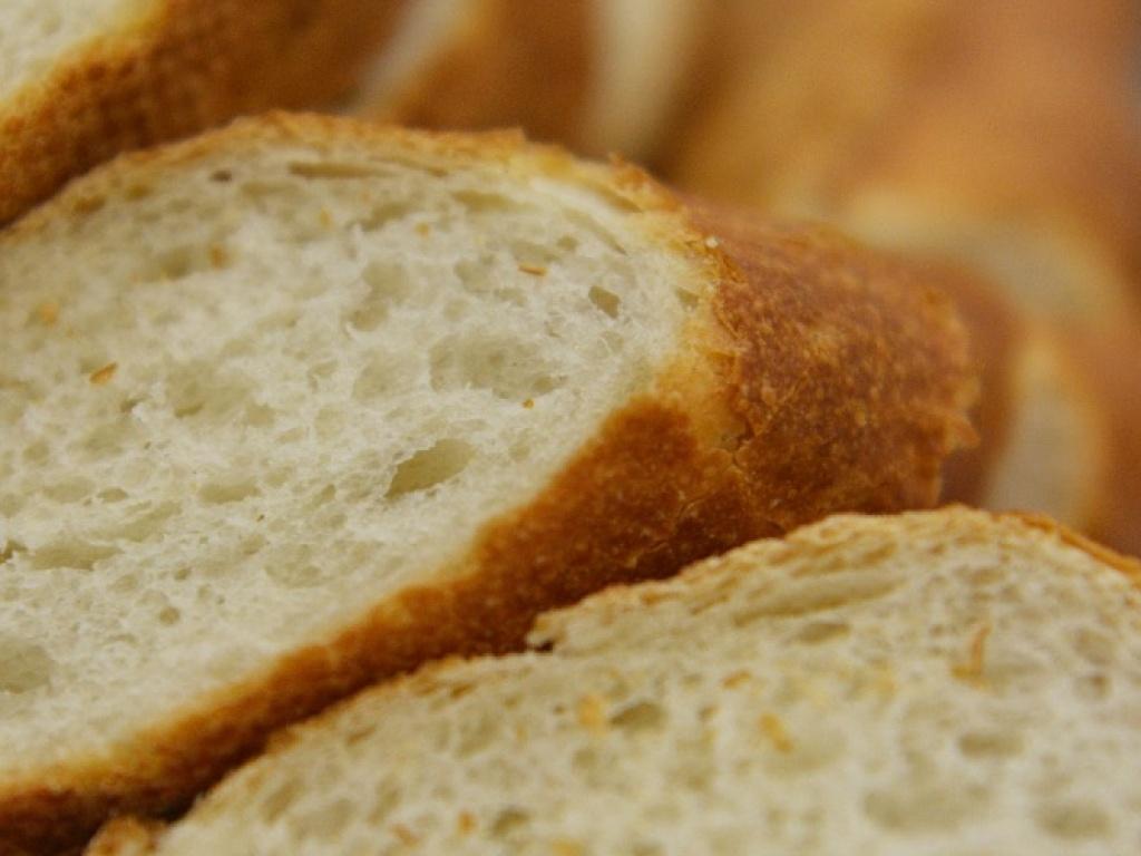 Vergroot de foto van de Bij buffet: stokbrood + drie soorten saus