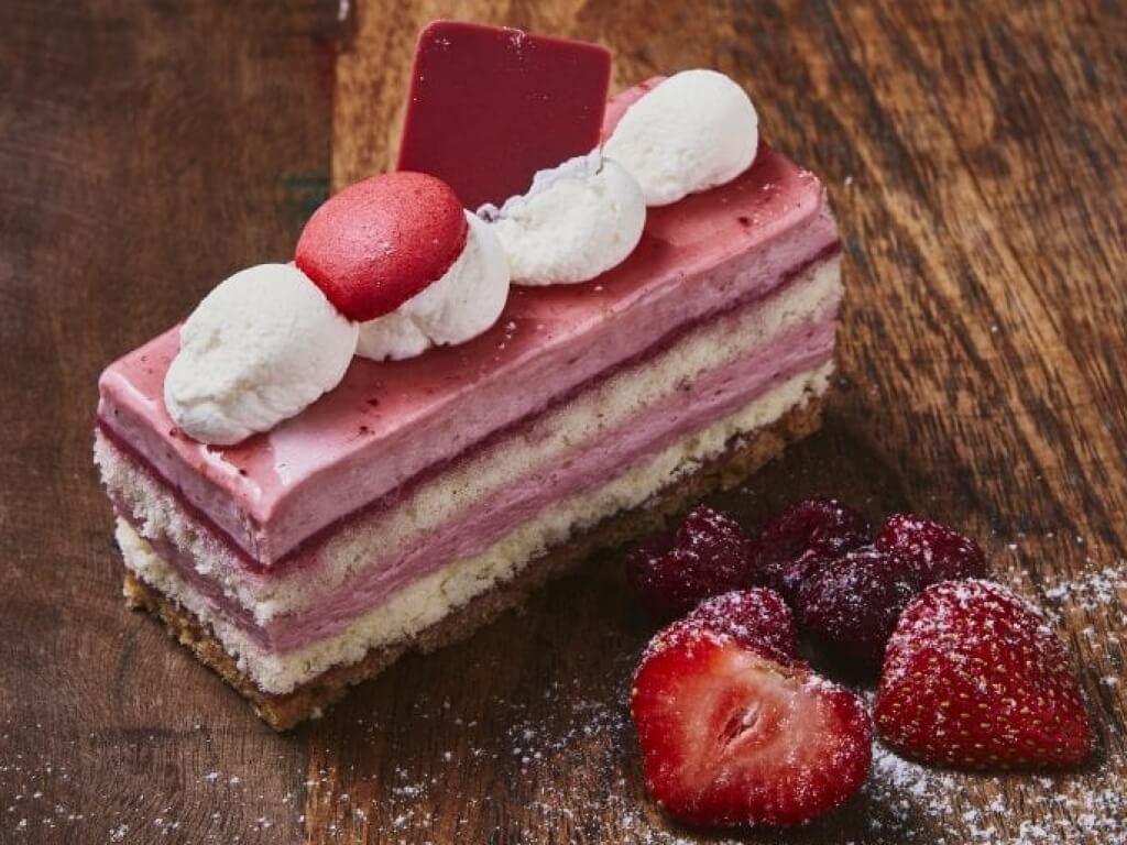 Vergroot de foto van de Aardbei-Framboos Bavaroise gebakje