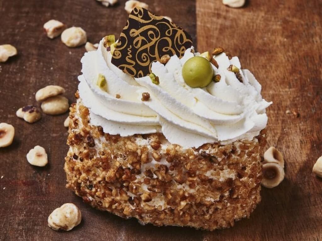 Vergroot de foto van de Hazelnoot Schuim gebakje