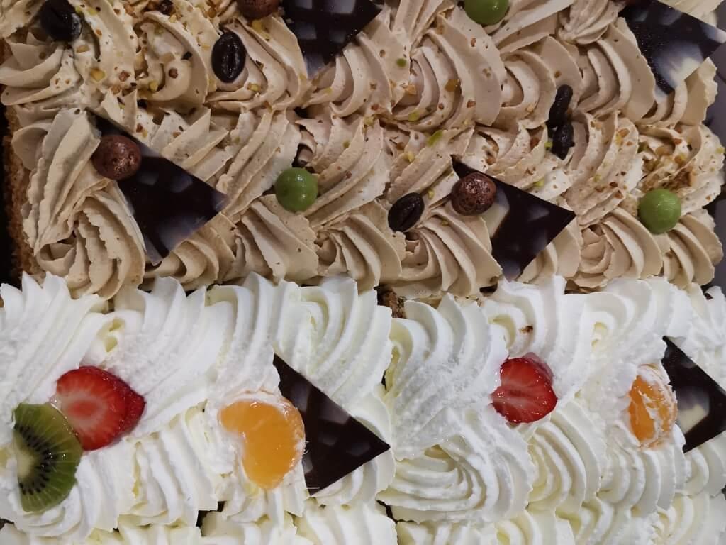 Vergroot de foto van de Half mokka / half slagroomtaart 16 personen