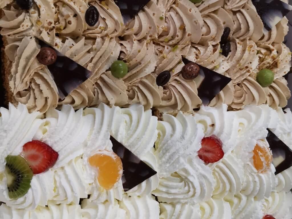 Vergroot de foto van de Half mokka/ half slagroomtaart 20 personen
